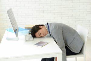寝る男性pc